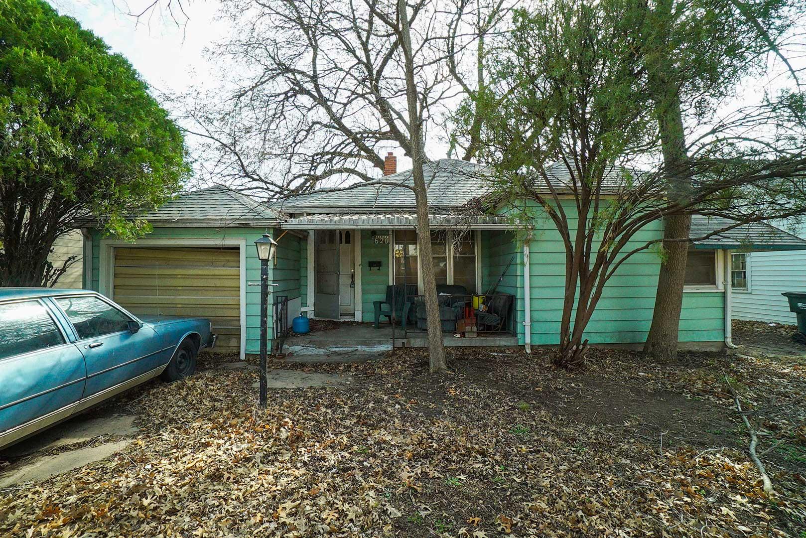 McCurdy Auction - (SE) NO MIN/NO RES - 2- BR, 1.5-BA Ranch Home w/ 1-Car Gar.